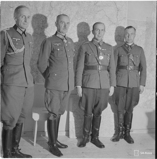 Kenraali Ehrfurth käymässä kenraali Talvelan luona jakamassa rautaristejä. Naamoila, 6. lokakuuta 1941. Kuva: Vänr K Borg. Lähde: SA-kuva.